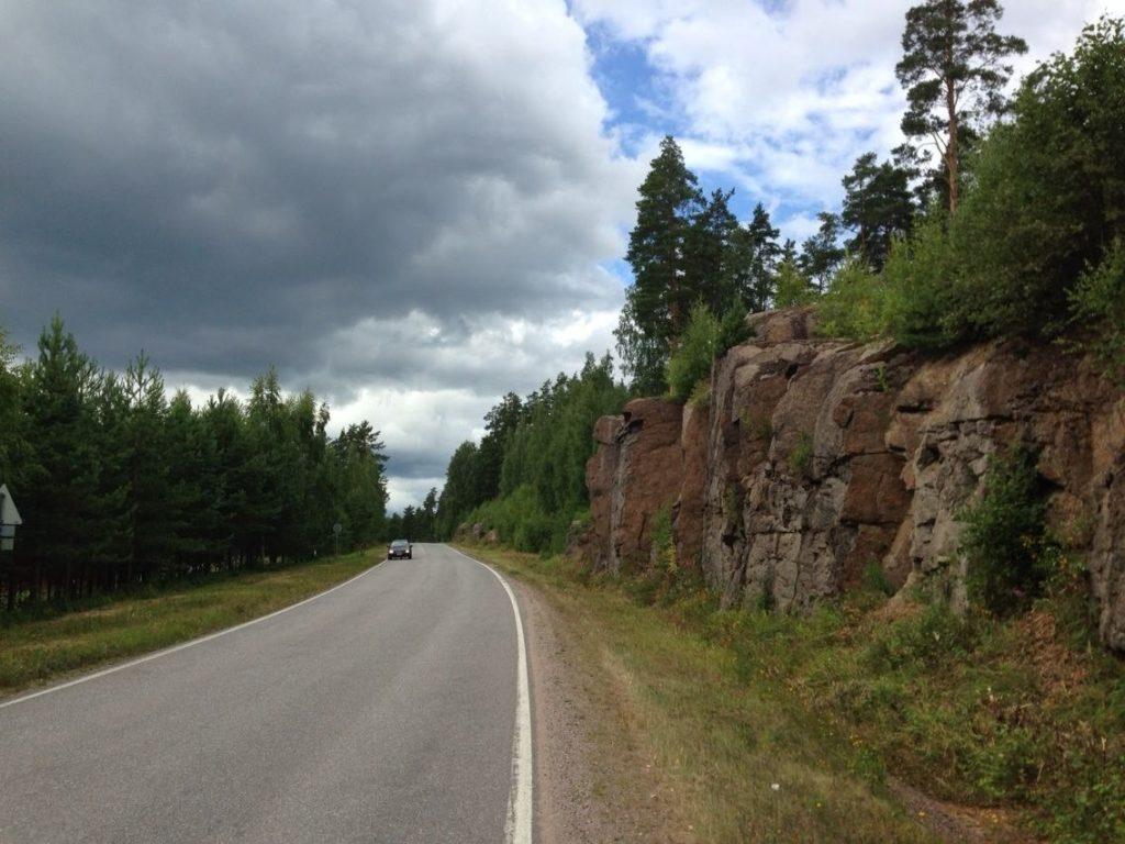 Гранитные глыбы вдоль дороги