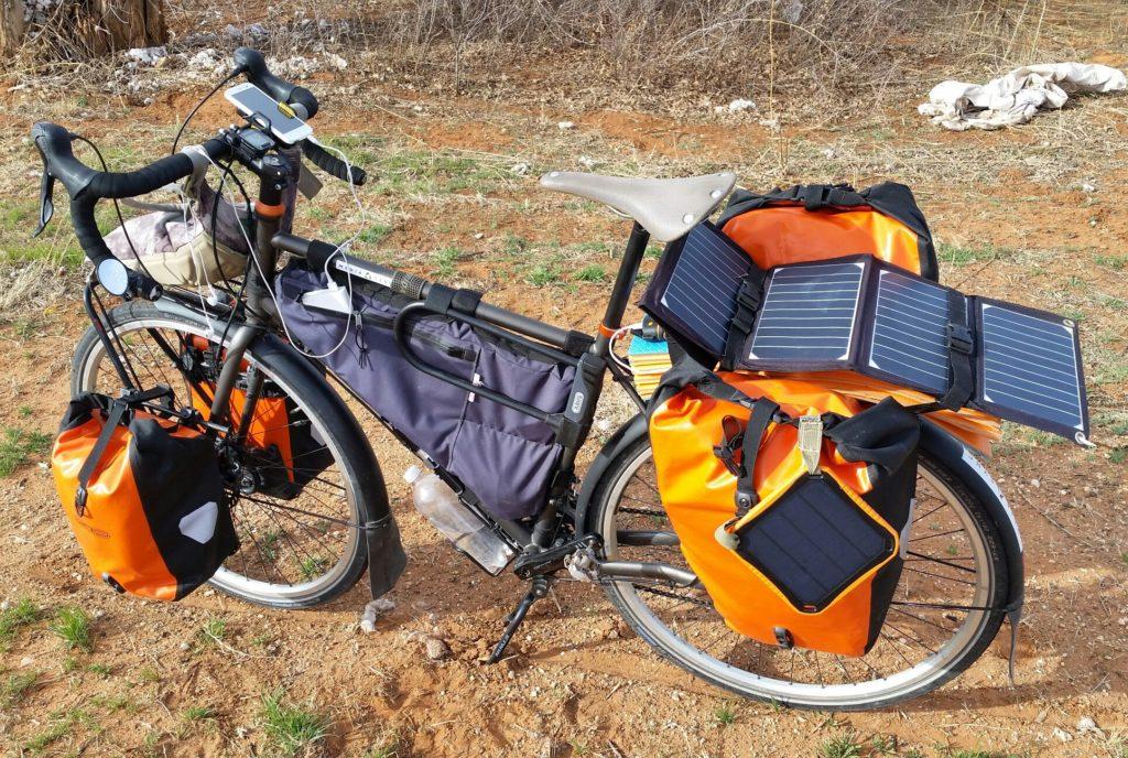 Мой велосипед с солнечной панелью во время путешествия по США.